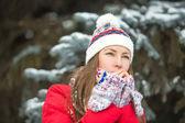 Aantrekkelijke jonge vrouw in de winter buiten — Stockfoto