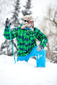 Man traveler hiking in winter — Stockfoto