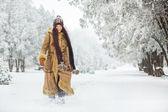 Femme hiver belle marche — Photo