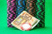 Kasinomarker på gröna bordet med eurosedlar — ストック写真