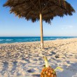 ananas am strand — Stockfoto