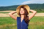 Retrato de mulher jovem e bonita com flores no campo — Foto Stock