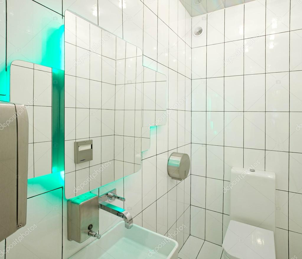 Vitt badrum med aqua bakgrundsbelysning — stockfotografi ...