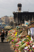 KIEV, UKRAINE - MARCH 7, 2014. Ukrainian revolution, Euromaidan. Days of national mourning for killed defenders of Euromaidan. Flowers and lighted lamps on barricades defenders of Euromaidan — Stock Photo