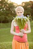 Hamile kadının yaz park, tutan el buketi — Stok fotoğraf
