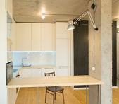 современная и стильная белая кухня — Стоковое фото