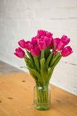 Krásné růžové tulipány ve váze — Stock fotografie