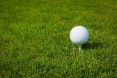 Golfový míček na odpališti proti golfové hřiště s kopií prostor — Stock fotografie
