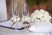 Para ślub kieliszki na stole — Zdjęcie stockowe