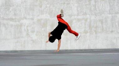 Breakdancer on the parking — Vidéo