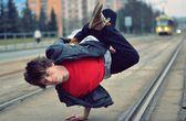 Breakdancer dancing in the city — Stock Photo