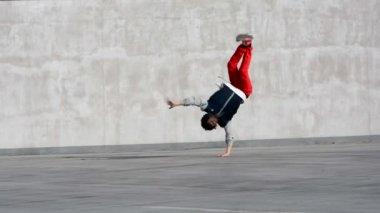 Boy dancing breakdance on the street — 图库视频影像