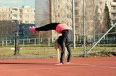 Jovem loira dançando break dance — Fotografia Stock