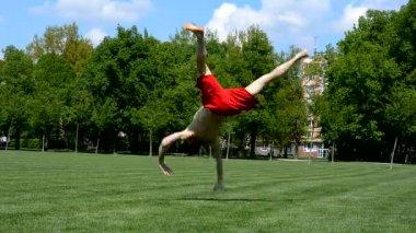 Boy dancing break dance in the park — Vídeo de stock