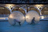 Děti se pobaví v obrovské zorb ball na vodě — Stock fotografie