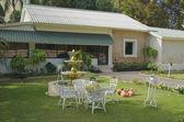 Haus und Liegewiese mit Brunnen. La-Romana, Dominikanische Republik — Stockfoto