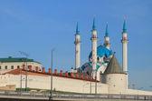 Kul Sharif mosque and anonymous tower in Kazan Kremlin — Stock Photo