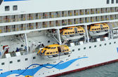 Descent of saving bot of cruise liner — Stock Photo