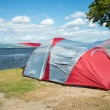 Tents on a camping site near a lake — Stock Photo