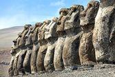 Řádek moais stojící v Velikonoční ostrov — Stock fotografie