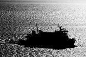 Silueta de un barco contra el mar de plata — Foto de Stock