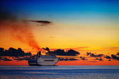Large cruise ship on calm sea at sunset — Stock fotografie
