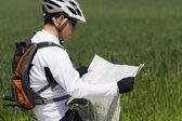 Bisikletçi yeşil kırsal üzerinde — Stok fotoğraf