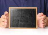 Boş yazı tahtası elinde tutan — Stok fotoğraf
