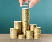 Mano pone monedas a dinero — Foto de Stock
