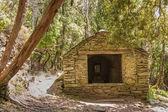 在 nonza 上帽科西嘉附近树林里的小教堂 — 图库照片