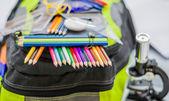 Mochila, mochila, lápices, lapiceros, borrador, escuela, vacaciones, gobernantes, conocimiento, libros — Foto de Stock
