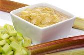 Kopje gekookt rhubard met stengels en gehakte rabarber — Stockfoto