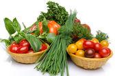 состав различных сортов томатов с травами — Стоковое фото