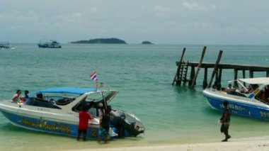 Passenger ship wake from island, full HD. — Stock Video