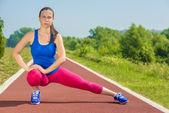 Sportliche frau - strecken — Stockfoto