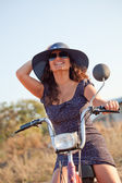 Portrait of a young smiling woman with hat and sunglasses. — Stock Photo