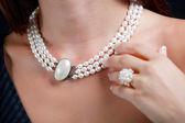 Mulher com colar de pérolas no pescoço — Foto Stock