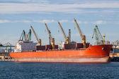 Groot vrachtschip in een dok in haven — Stockfoto