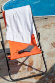 E-reader, smart phone and sunglasses on chair (on vacation) — Stock Photo