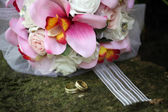 Wedding rings on a bouquet — Stock Photo