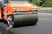 Zware trillingen roller compactor op asfalt stoep werkt voor het herstellen van de weg — Stockfoto