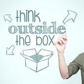 """Hombre escribiendo """"pensar fuera de la caja"""" — Foto de Stock"""
