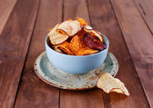 Healthy vegetable chips in a blue cup closeup — Stock Photo