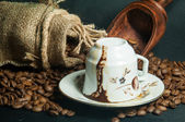 Coffee cup and guess coffee grounds — 图库照片