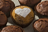 Chocolate muffin powdered sugar heart shape — Zdjęcie stockowe