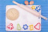 Un pressage des cookies avec des formes colorées sur une planche — Photo