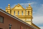 Igreja colonial com uma torre sineira no méxico — Foto Stock