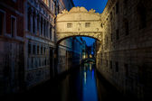Bridge of Sighs illuminated at night. Venice landmark. — Stock Photo