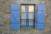 Finestra con imposte in legno di tipica casa bretone — Stock Photo