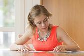 Giovane ragazza facendo i compiti — Foto Stock